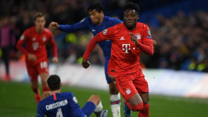 LONDON, ENGLAND - FEBRUARY 25: Alphonso Davies of Bayern Munich in action during the UEFA Champions League round of 16 first leg match between Chelsea FC and FC Bayern Muenchen at Stamford Bridge on February 25, 2020 in London, United Kingdom. (Photo by Mike Hewitt/Getty Images)