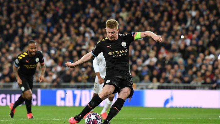 MADRID, SPAIN - FEBRUARY 26: Kevin De Bruyne of Manchester City scores a penalty for his teams second goal during the UEFA Champions League round of 16 first leg match between Real Madrid and Manchester City at Bernabeu on February 26, 2020 in Madrid, Spain. (Photo by David Ramos/Getty Images)