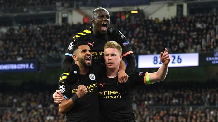 MADRID, SPAIN - FEBRUARY 26: Kevin De Bruyne of Manchester City celebrates with teammates Riyad Mahrez and Benjamin Mendy after scoring his teams second goal during the UEFA Champions League round of 16 first leg match between Real Madrid and Manchester City at Bernabeu on February 26, 2020 in Madrid, Spain. (Photo by David Ramos/Getty Images)