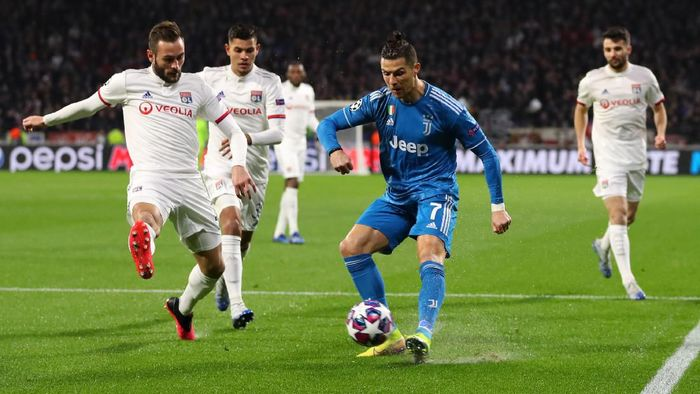 LYON, FRANCE - FEBRUARY 26: Cristiano Ronaldo of Juventus is challenged by Lucas Tousart of Olympique Lyon during the UEFA Champions League round of 16 first leg match between Olympique Lyon and Juventus at Parc Olympique on February 26, 2020 in Lyon, France. (Photo by Catherine Ivill/Getty Images)