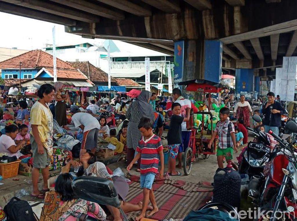 Cerita Warga Subang yang Ngungsi di Bawah Jembatan Akibat Banjir