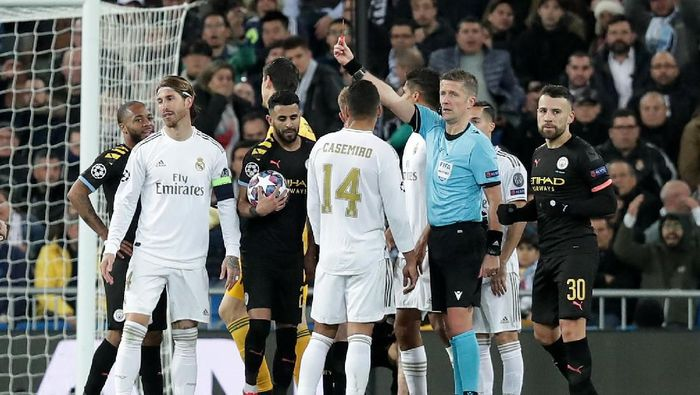 MADRID, SPAIN - FEBRUARY 26: Referee Daniele Orsato awards Sergio Ramos of Real Madrid a red card during the UEFA Champions League round of 16 first leg match between Real Madrid and Manchester City at Bernabeu on February 26, 2020 in Madrid, Spain. (Photo by Gonzalo Arroyo Moreno/Getty Images)