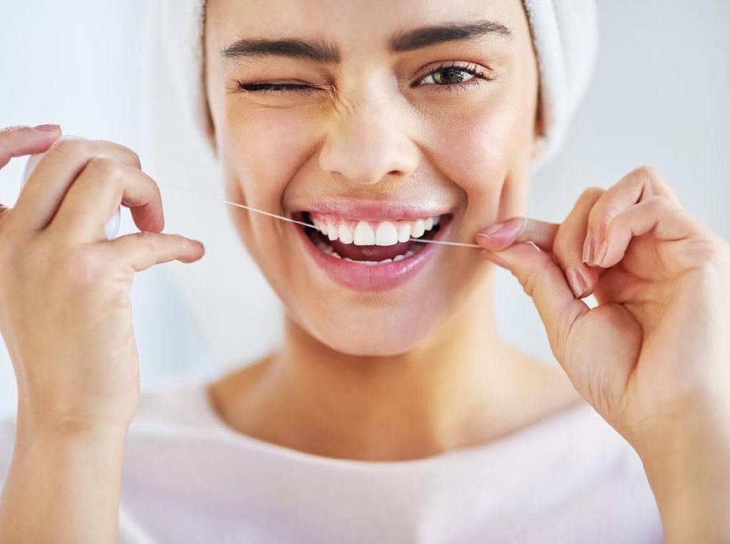 Manfaat dan Cara Bersihkan Gigi dengan Benang Gigi