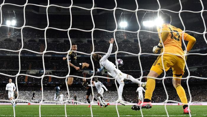 MADRID, SPAIN - FEBRUARY 26: Thibaut Courtois of Real Madrid fails to save as Gabriel Jesus of Manchester City scores his teams first goal during the UEFA Champions League round of 16 first leg match between Real Madrid and Manchester City at Bernabeu on February 26, 2020 in Madrid, Spain. (Photo by David Ramos/Getty Images)