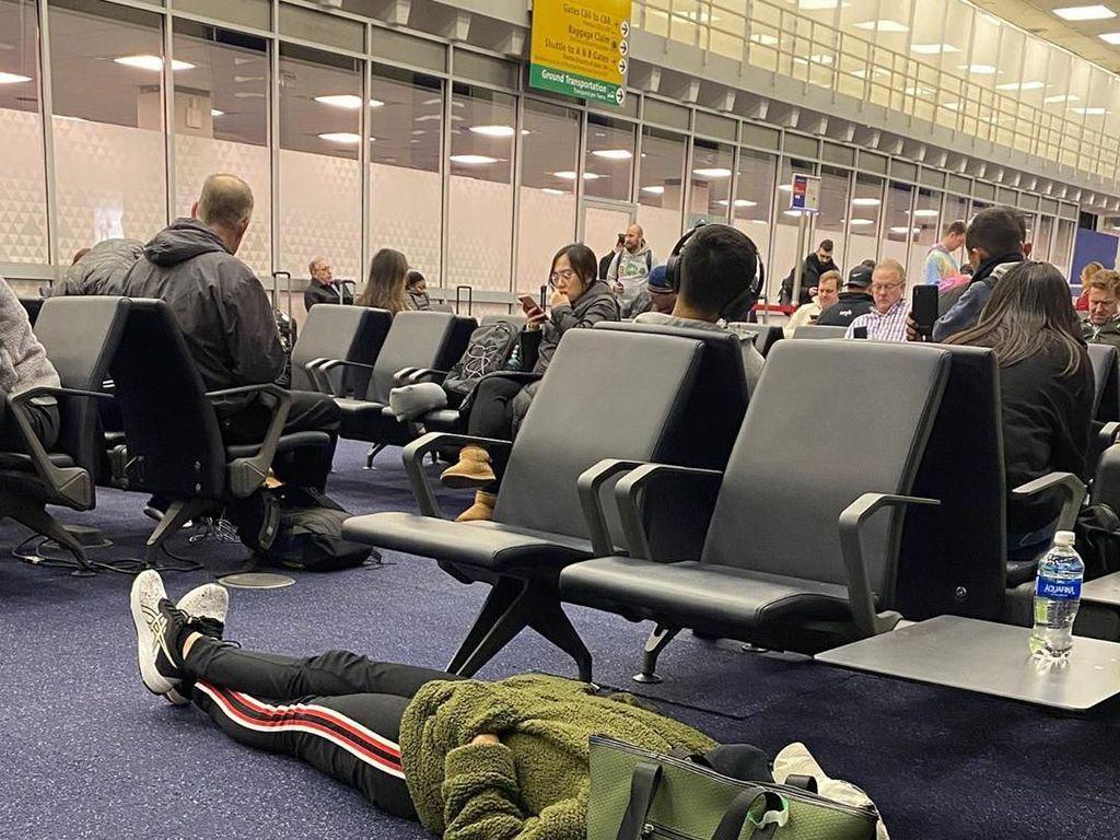 Traveler Tidur di Lantai Bandara, Mungkin Dia Lelah