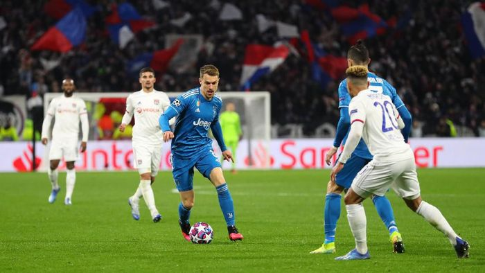 LYON, FRANCE - FEBRUARY 26: Aaron Ramsey of Juventus runs with the ball during the UEFA Champions League round of 16 first leg match between Olympique Lyon and Juventus at Parc Olympique on February 26, 2020 in Lyon, France. (Photo by Catherine Ivill/Getty Images)