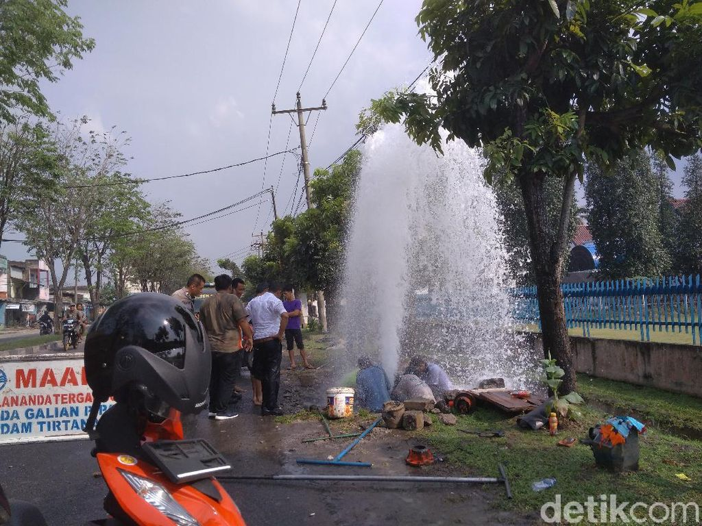 Ditabrak Mobil, Hidran di Medan Bocor Bak Air Mancur