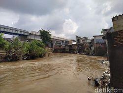 Tinggal di Bantaran Ciliwung, Warga Kebon Pala Tolak Normalisasi!