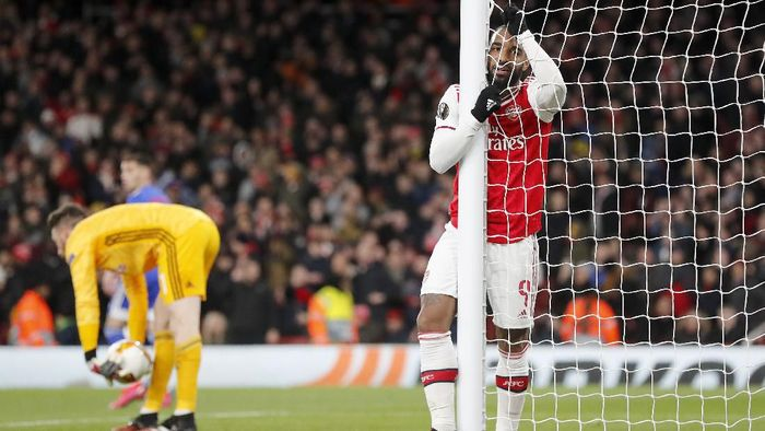 Arsenals Alexandre Lacazette, right, reacts during the Europa League round of 32, second leg, soccer match between Arsenal and Olympiakos at Emirates stadium in London, England, Thursday, Feb. 27, 2020 . (AP Photo/Frank Augstein)
