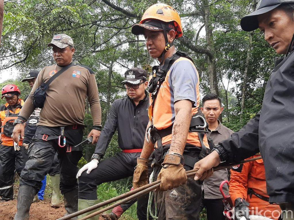 Wajah Haru Bima Arya Saksikan Evakuasi Makam yang Diterjang Longsor