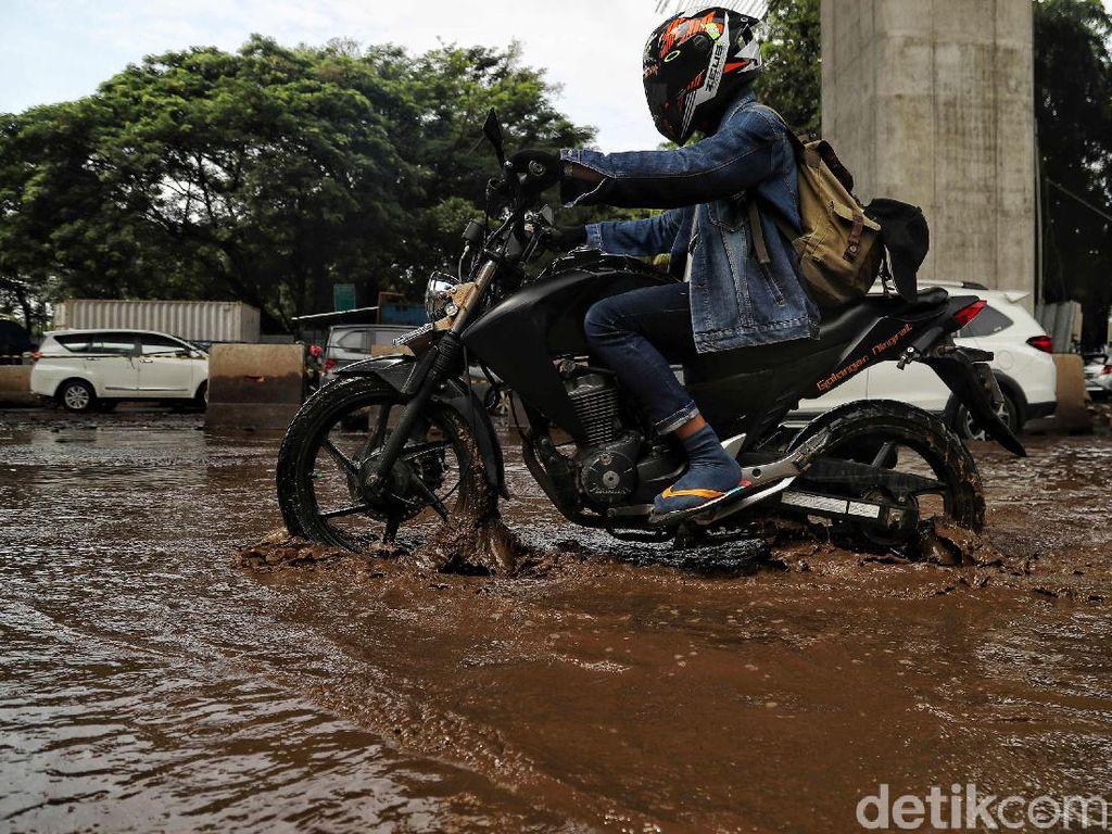 Jl Boulevard Barat Kelapa Gading Banjir, Sedan Tak Bisa Melintas