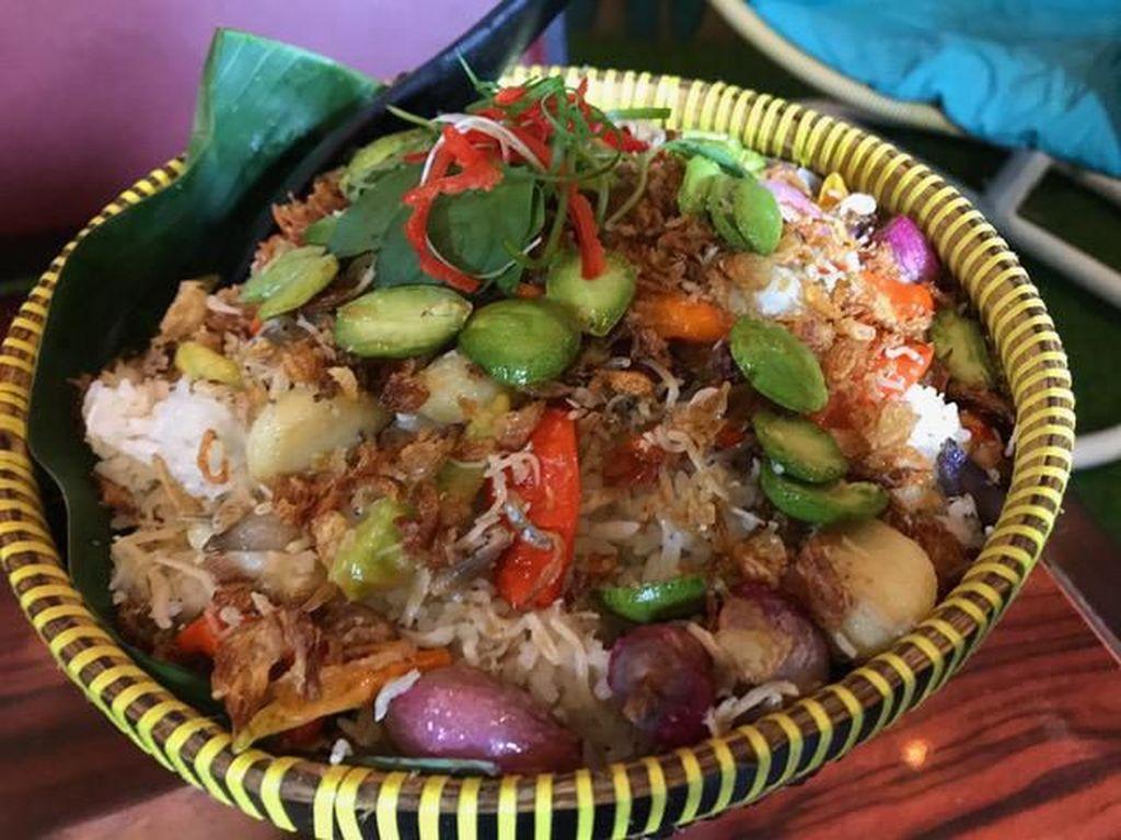 Ngeunah Pisan! Kulineran Sunda Makan Nasi Liwet dan Gurame Pesmol Sedap