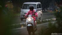 Ngeeng... Aksi Pemotor Terobos Hujan