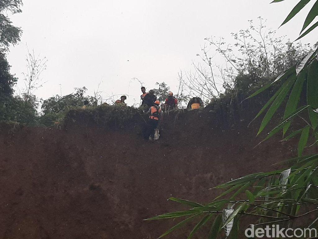 8 Jenazah Direlokasi dari Bibir Tebing yang Longsor di TPU Bogor