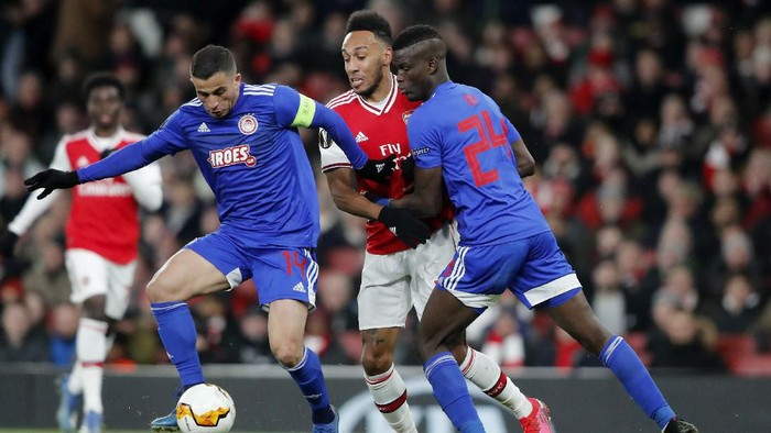 Olympiakos Omar Elabdellaoui, from left, Arsenals Pierre-Emerick Aubameyang and Olympiakos Ousseynou Ba challenge for the ball during the Europa League round of 32, second leg, soccer match between Arsenal and Olympiakos at Emirates stadium in London, England, Thursday, Feb. 27, 2020 . (AP Photo/Frank Augstein)