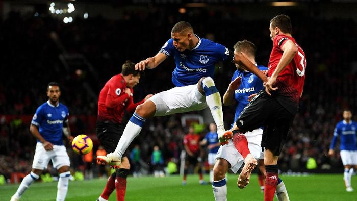 MANCHESTER, ENGLAND - OCTOBER 28:  Richarlison of Everton battles for possession with Nemanja Matic of Manchester United during the Premier League match between Manchester United and Everton FC at Old Trafford on October 28, 2018 in Manchester, United Kingdom.  (Photo by Michael Regan/Getty Images)