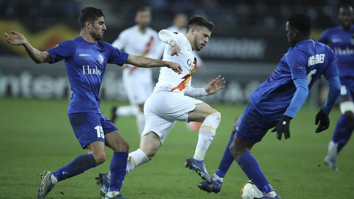Romas Carles Perez, center, vies for the ball with Gent defenders during an Europa League round 32 second leg soccer match between Gent and Roma at the KAA Gent stadium in Gent, Belgium, Thursday, Feb. 27, 2020. (AP Photo/Francisco Seco)