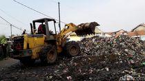 Gunungan Sampah Dekat Anak Sungai Citarum Dikeruk