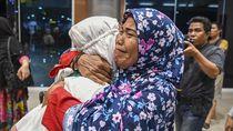 Ekspresi Kesedihan Calon Jemaah Umroh asal Sumsel