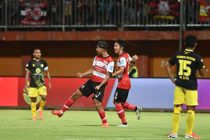 Pesepak bola Madura United (MU) Bruno Matos (kedua kiri) melakukan selebrasi usai mencetak gol ke gawang Barito Putera dalam laga Liga 1 di Stadion Gelora Madura Ratu Pamelingan (SGMRP) Pamekasan, Jawa Timur, Sabtu (29/02/2020). MU memenangi pertandingan tersebut dengan skor 4-0. ANTARA FOTO/Saiful Bahri/aww.