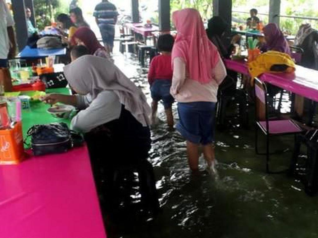 Rumah Makan Kolam Soto Cokro Kembang Yogyakarta: Kenyang Sambil Menggoda Ikan