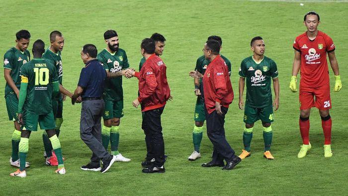 Menpora Zainudin Amali (keempat kiri) didampingi Ketua PSSI Mochammad Iriawan (keenam kiri) dan Direktur PT Liga Indonesia Baru (LIB) Cucu Somantri (kedelapan kiri) menyalami pesepak bola Persebaya Surabaya saat pembukaan kompetisi Sepak Bola Liga-1 Indonesia 2020 di Gelora Bung Tomo (GBT), Surabaya, Jawa Timur, Sabtu (29/2/2020). ANTARA FOTO/M Risyal Hidayat/aww.