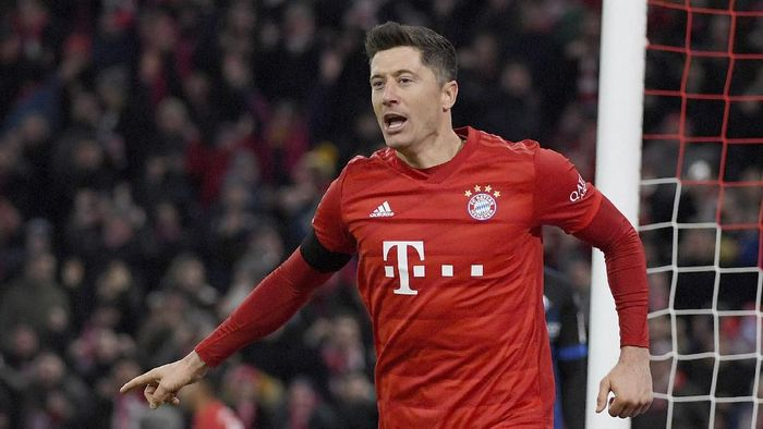 Munichs Robert Lewandowski celebrates after scoring his side third goal during the German Bundesliga soccer match between Bayern Minich and SC Paderborn 07 in Munich, Germany, Friday, Feb. 21, 2020. ( Peter Kneffel/dpa via AP)