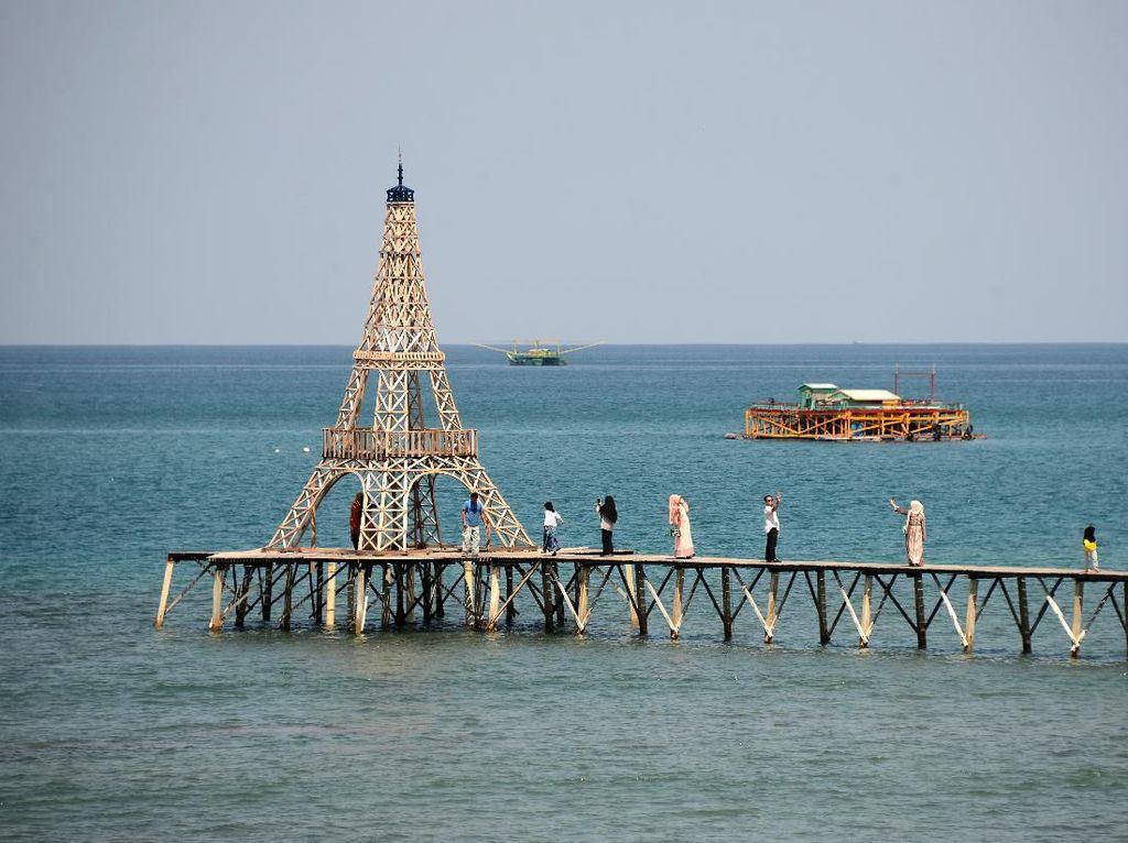 Keren! Aceh Punya Menara Eiffel di Tengah Laut Lho