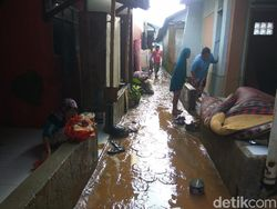Banjir Mulai Surut, Warga Cikeruh Sumedang Bersihkan Lumpur di Rumah