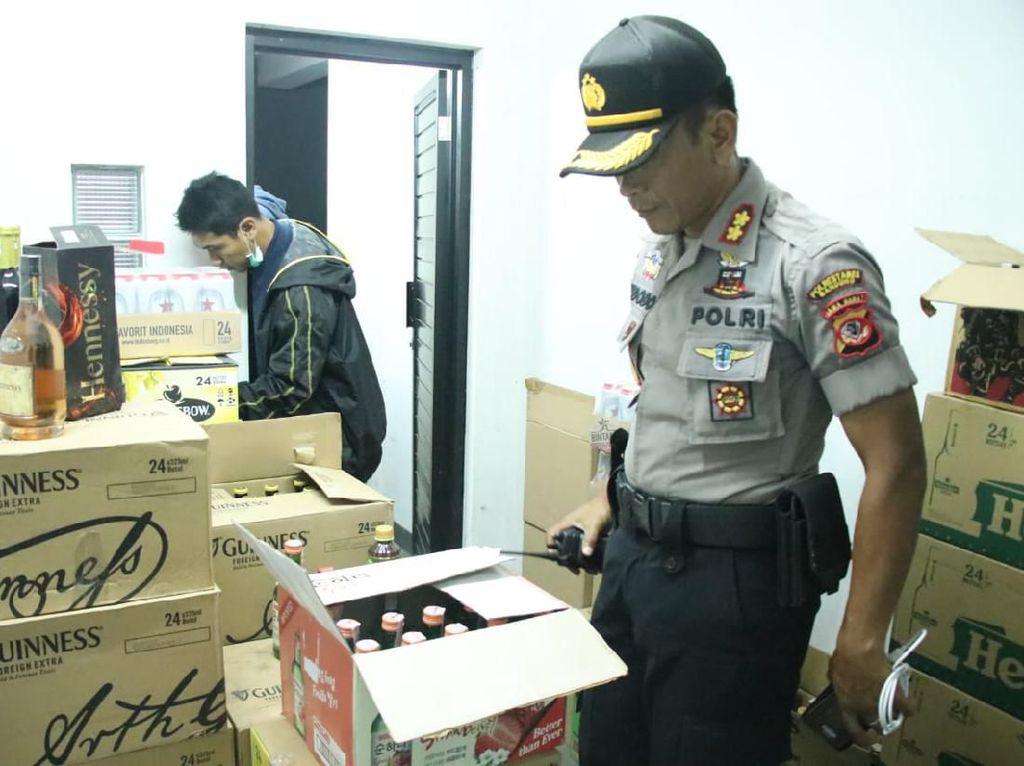 Polisi Sita Ribuan Botol Miras di Sebuah Rumah Mewah Bandung