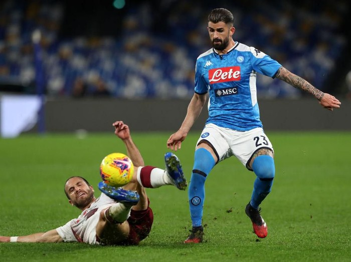 NAPLES, ITALY - FEBRUARY 29: Lorenzo De Silvestri of Torino FC vies with Elseid Hysaj of SSC Napoli during the Serie A match between SSC Napoli and  Torino FC at Stadio San Paolo on February 29, 2020 in Naples, Italy. (Photo by Francesco Pecoraro/Getty Images)