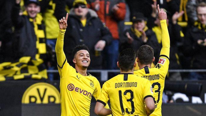 Dortmunds Jadon Sancho, left, celebrates after he scored the opening goal during the German Bundesliga soccer match between Borussia Dortmund and SC Freiburg in Dortmund, Germany, Saturday, Feb. 29, 2020. (AP Photo/Martin Meissner)