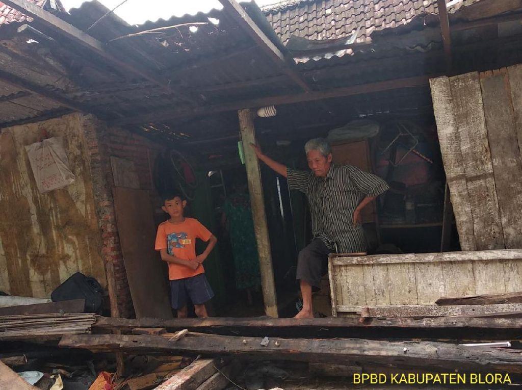 Rumah Warga Ambrol Tergerus Longsor Saat Diguyur Hujan Deras di Blora