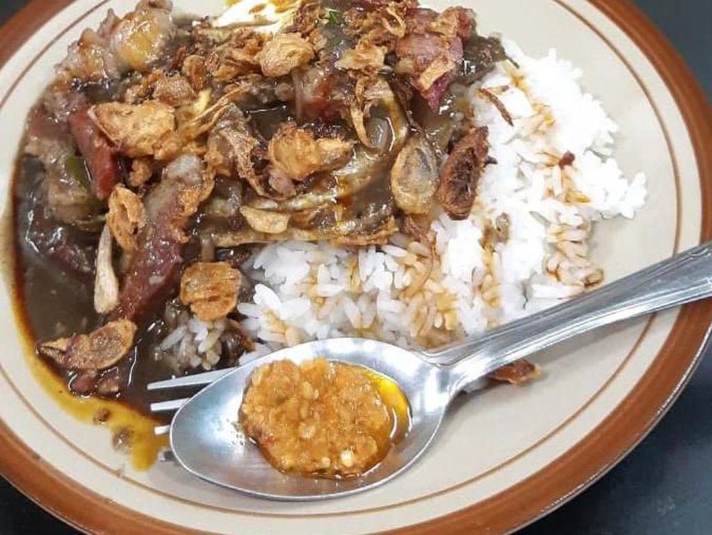 Keren! Warung Makan Ini Bagikan Makanan Gratis ke Ojol Hampir Tiap Hari