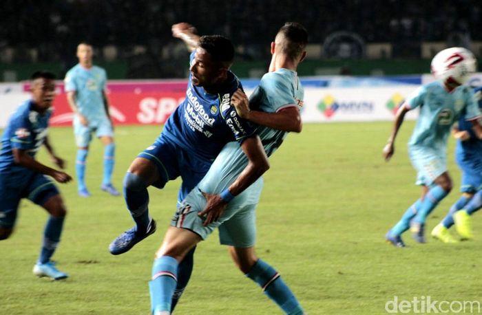 Persib Bandung mengawali Shopee Liga 1 2020 dengan menjamu Persela Lamongan. Hasil akhir, skor 3-0 untuk Maung bandung.
