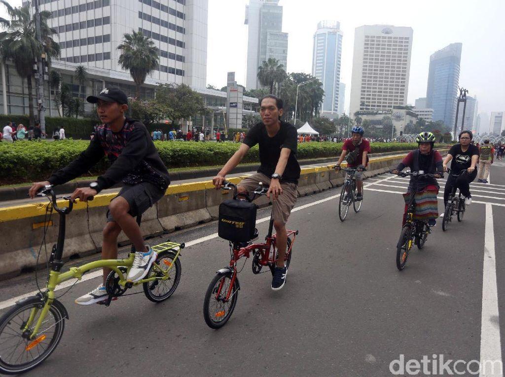 Asyiknya Wara-wiri Gowes Sepeda Lipat di Ibu Kota