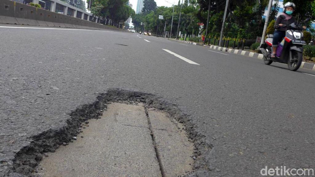 Waduh! Ruas Jalan Gatot Subroto Arah Cawang Banyak Lubang