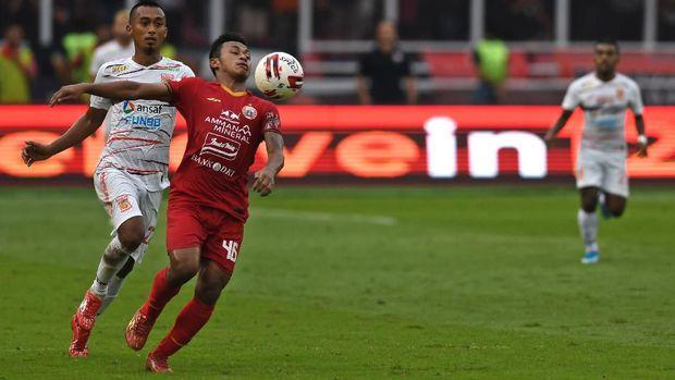Pemain Persija Jakarta Osvaldo Haay (tengah) mengontrol bola dengan kawalan pemain Borneo FC Sultan Samma dalam pertandingan pekan pertama Shopee Liga 1 2020 di Stadion Utama Gelora Bung Karno (SUGBK), Jakarta, Minggu (1/3/2020). Persija menang dengan skor 3-2. ANTARA FOTO/Aditya Pradana Putra/wsj.  *** Local Caption ***