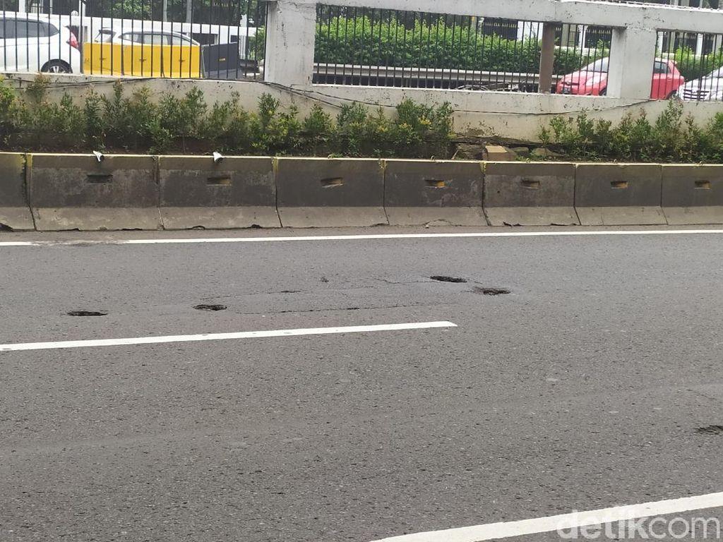 Bahaya! Banyak Lubang di Ruas Jalan Gatot Subroto Arah Cawang