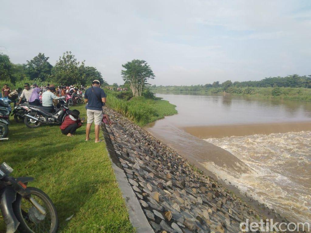 Perahu Penyeberangan Sungai Brantas di Jombang Terbalik, 4 Orang Hilang