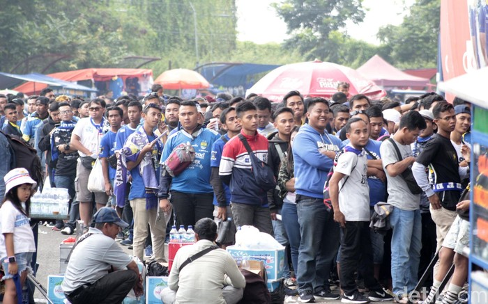 Bobotoh sudah tak sabar menantikan Shopee Liga 1 2020. Mereka pun datang ke Stadion Si Jalak Harupat untuk saksikan laga Persib Bandung Vs Persela Lamongan.