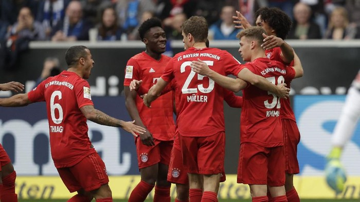 Bayerns players celebrate after scoring their sides third goal during a German Bundesliga soccer match between TSG 1899 Hoffenheim and Bayern Munich in Sinsheim, Germany, Saturday, Feb. 29, 2020. (AP Photo/Michael Probst)