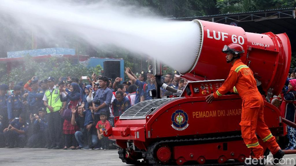 Aksi Robot Damkar yang Siap Padamkan Api di DKI