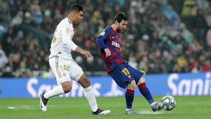 MADRID, SPAIN - MARCH 01: Lionel Messi of FC Barcelona battles for possession with Casemiro of Real Madrid during the Liga match between Real Madrid CF and FC Barcelona at Estadio Santiago Bernabeu on March 01, 2020 in Madrid, Spain. (Photo by Gonzalo Arroyo Moreno/Getty Images)