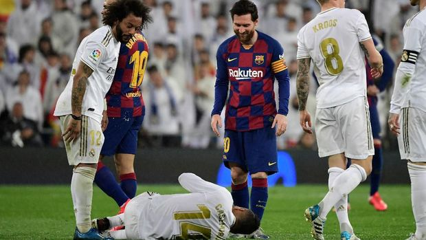 Real Madrid's Brazilian midfielder Casemiro lays between Real Madrid's Brazilian defender Marcelo (L) and Barcelona's Argentine forward Lionel Messi during the Spanish League football match between Real Madrid and Barcelona at the Santiago Bernabeu stadium in Madrid on March 1, 2020. (Photo by JAVIER SORIANO / AFP)