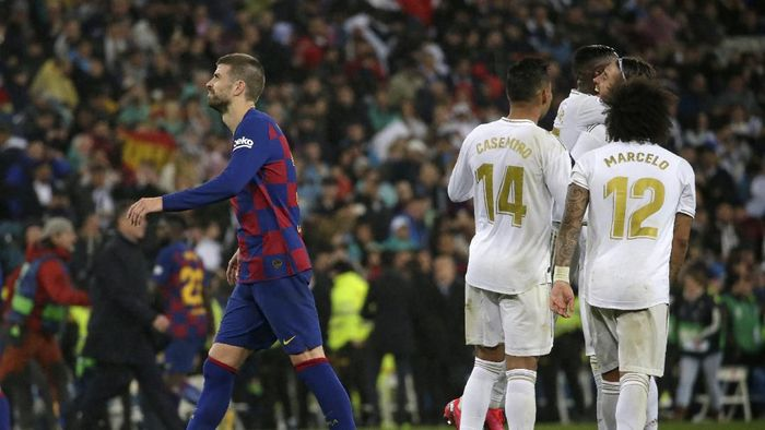 Barcelonas Gerard Pique leaves the field after the Spanish La Liga soccer match between Real Madrid and Barcelona at the Santiago Bernabeu stadium in Madrid, Spain, Sunday, March 1, 2020. Real won the match 2-0. (AP Photo/Andrea Comas)
