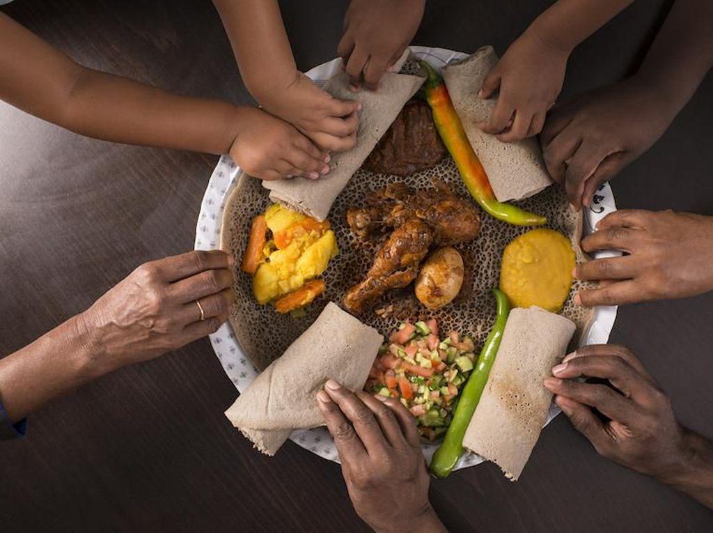 Di Pub Ini Pengunjung Bisa Makan Siang Asal Telanjang Bulat
