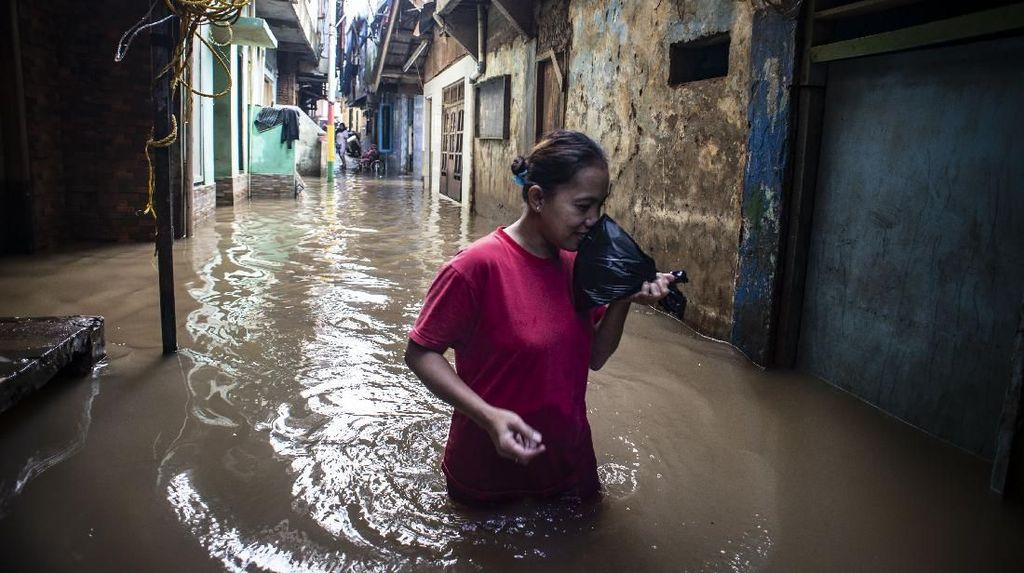 Waduh! Sungai Ciliwung Meluap Kawasan Jatinegara Kebanjiran