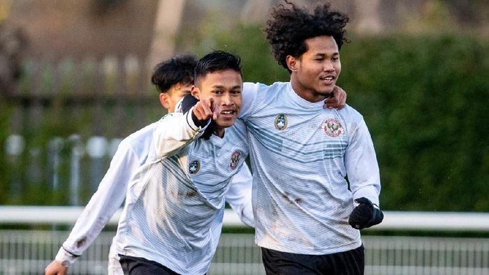 Dua pemain Garuda Select, Alfriyanto Nico dan Amiruddin Bagus Kahfi Alfikri.