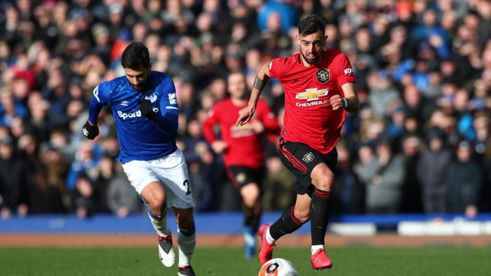 LIVERPOOL, ENGLAND - MARCH 01: Bruno Fernandes of Manchester United runs onto the ball during the Premier League match between Everton FC and Manchester United at Goodison Park on March 01, 2020 in Liverpool, United Kingdom. (Photo by Jan Kruger/Getty Images)